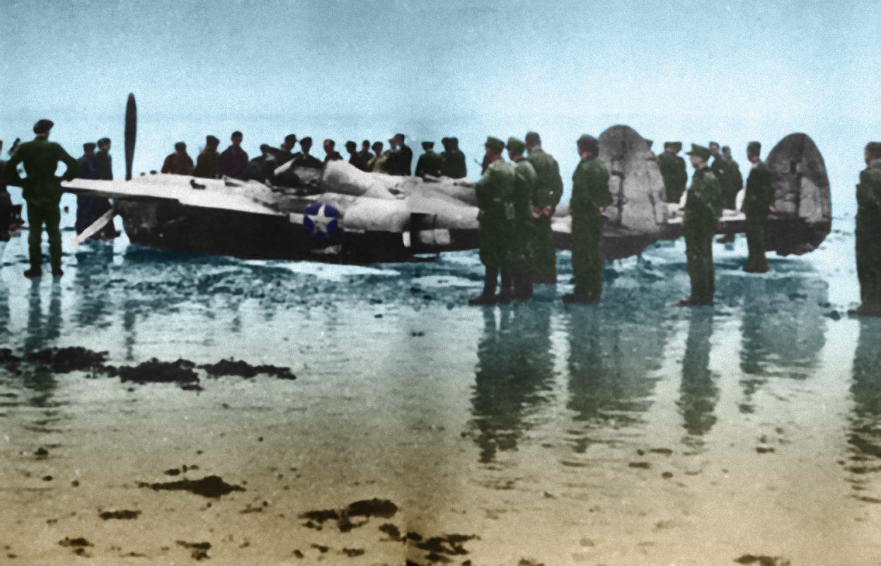 L'avion du Lieutenant Parsons, abandonné sur la plage du Sillon, est livré à la curiosité des passants - Illustration inspirée d'une photo prise par un témoin de l'événement.
