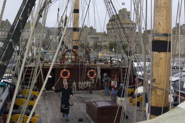 Le second capitaine prépare le départ de la frégate.