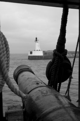 Le phare du Môle des Noires dans la ligne de mire.