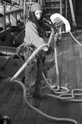 Femme corsaire maniant la corde comme on manie le lasso.