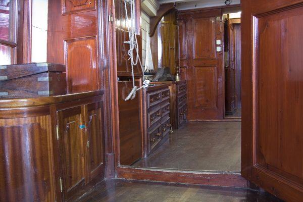 Petit vestibule donnant sur les cabines du capitaine et du propriétaire.