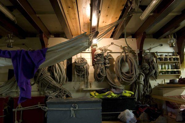Une petite sieste au milieu des cordages et des ustensiles de marine.